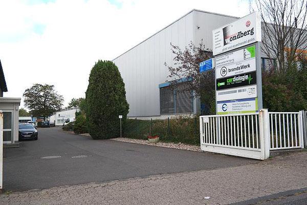 Kleines Industriegelände, Zufahrt Atelier brandsWerk am Ende links.