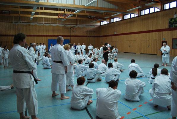 Teilnehmer lauschen Sensei