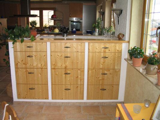 Raumteiler mit Schubkasten in einer Küche