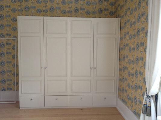 Schlafzimmerschrank lackiert mit Kasettentüren