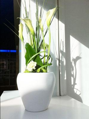 Wir übernehmen zuverlässig den wöchentlichen Austausch von Blumengestecken für Firmen und Praxen.