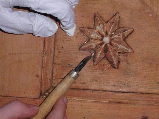 alte Farbe wird in Feinarbeit entfernt