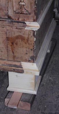fehlende Holzteile werden ergänzt, unten