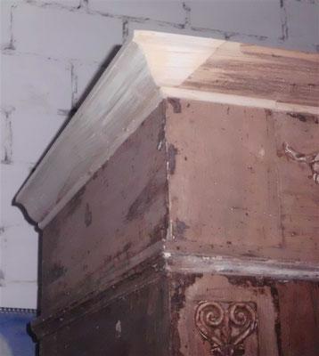 fehlende Holzteile werden ergänzt, oben