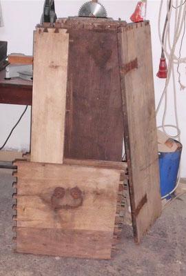 die einzelnen Holzelemente der Truhe