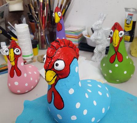 Hühner rosa, blau, grün