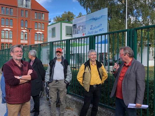 Dipl.-Ing. Hans-Ulrich Riedel informieren während des Spaziergangs.