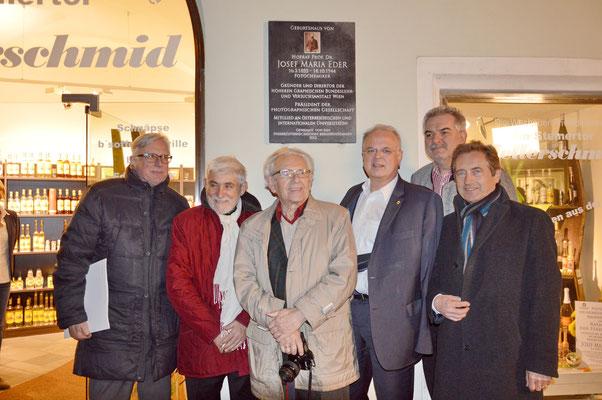Die Honoratioren mit dem ältesten Fotografenmeister aus Krems, Erhard Karner (Mitte mit Kamera)