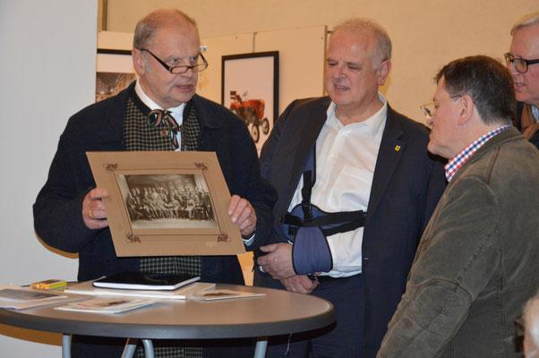 """Der Obmann des Kremser Archivvereins, Erich Voglauer, übergibt an den Archivar der Fotografeninnung, Viktor Kabelka, eine 100 Jahre alte Aufnahme von der Schülerverbindung """"Rugia"""""""