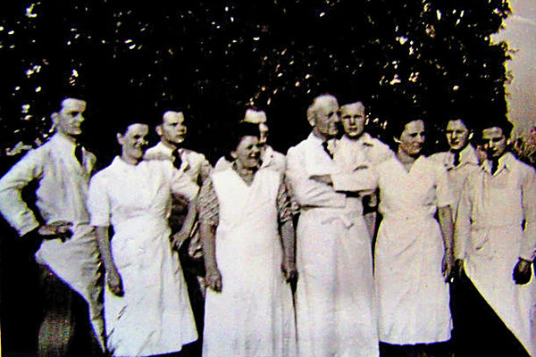Famiele Laschke, der Gründer Josef Laschke, seine Frau Wilhelmine und seine Söhne, allesamt Fleischer