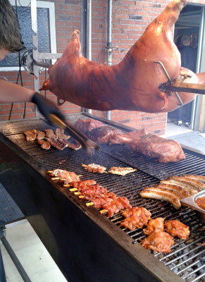Spanferkel und Grillfleisch auf dem Grill