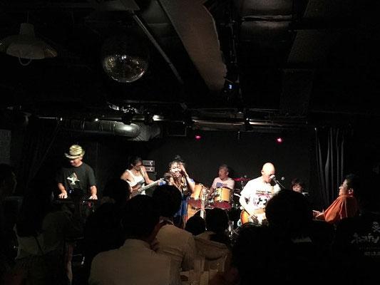 東京都の文京区にあるライブバー「ファビュラスギターズ」にて演奏している関西からの遠征バンド