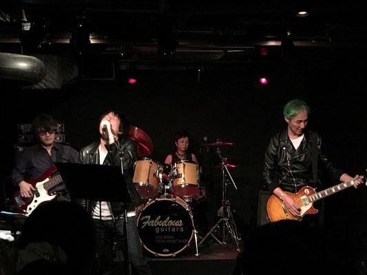 東京都の文京区にあるライブバー「ファビュラスギターズ」にて演奏している関東バンド