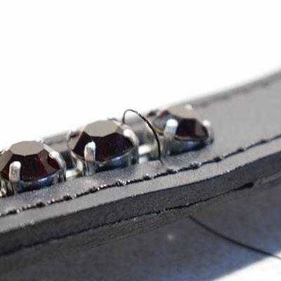Dabei darauf achten, dass sich der Faden oberhalb der Kesselkette und sich zwischen den richtigen Applikationen befindet.