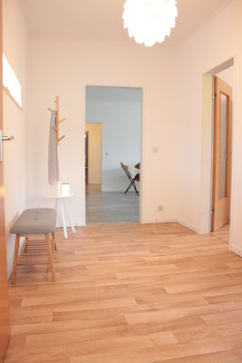 Home Staging nachher - Flur Bank Garderobe Laminat Buchholz Tostedt