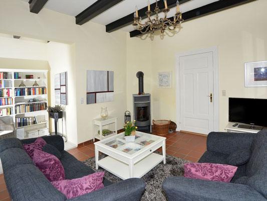 Wohnzimmer Ost mit Kaminofen und Leseecke