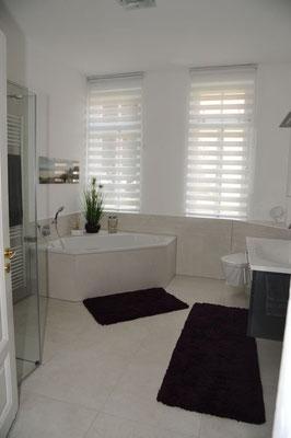 Großes elegantes Bad im Erdgeschoss. Badewanne und Dusche; Fußbodenheizung.