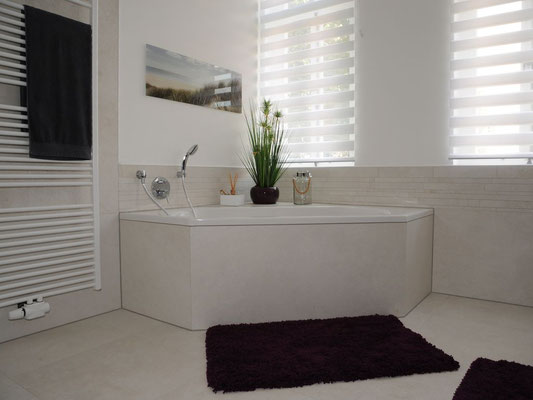 Badezimmer im Erdgeschoss - Eckbadewanne, Fußbodenheizung, großer Heizkörper