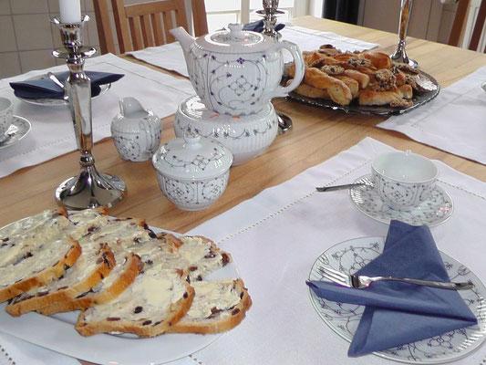 Teetafel in der Küche mit Ostfriesen-Service, Tee und 'Krintstut'