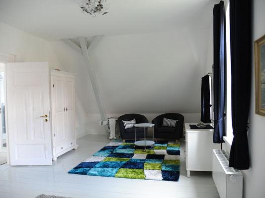 Schlafzimmer (Nord) - Sitzecke, Schrank und Kommode