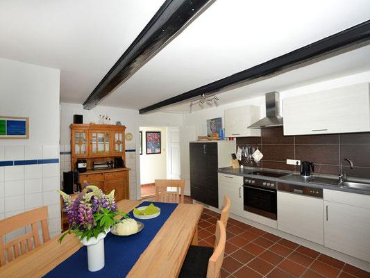 Küche mit Backofen und Geschirrspüler  - Waschmaschine und Trockner befinden sich im benachbarten Wirtschaftsraum -
