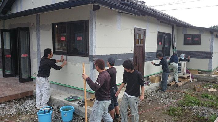 弊社の技術者達、外壁腰壁のボーダータイルを施工