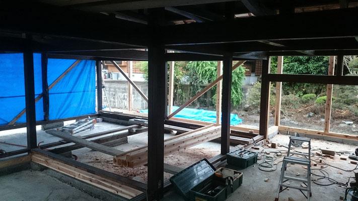建物を解体する中で、一時倒壊の危機に。筋交いを緊急で設置し、回避。大工さんありがとう。