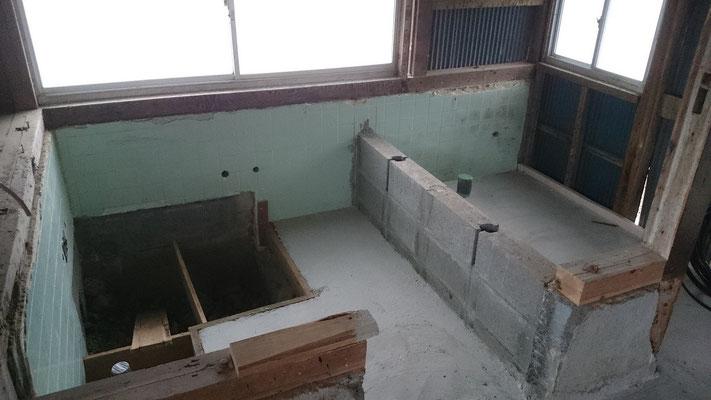 浴室であった場所を2つに区切り右手をトイレ、左手を風呂にすることに。