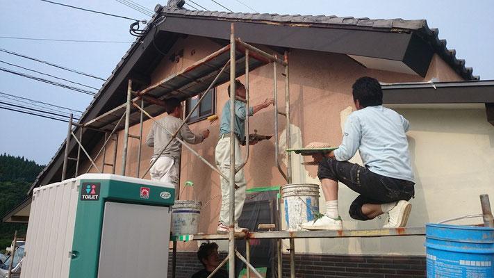 弊社の技術者達、外装用の珪藻土の塗りつけ
