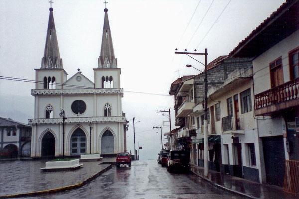 Die kleine Iglesia Matriz (Mutterkirche) an der nördlichen Marktecke in Chordeleg