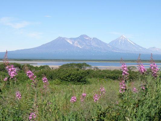 Озеро Налычевское с видом на вулканы