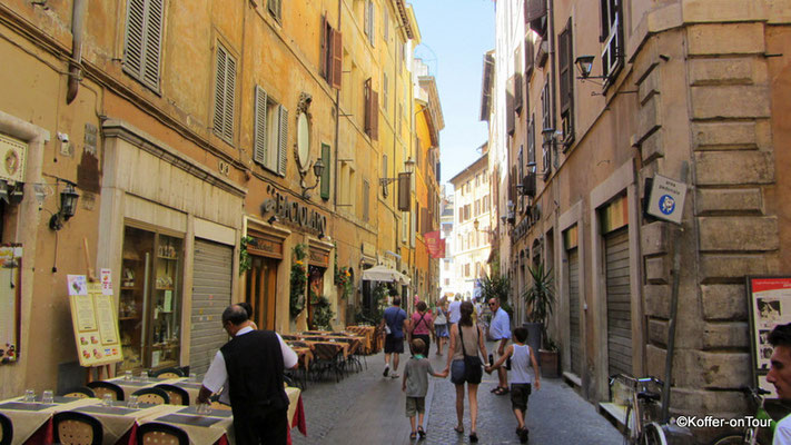 Auf dem Weg zum Trevi Brunnen in Rom