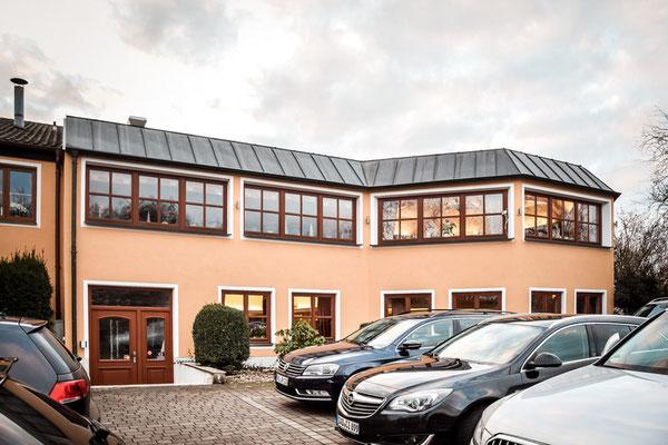 Ausreichend Parkplätze am Landhotel Hallnberg