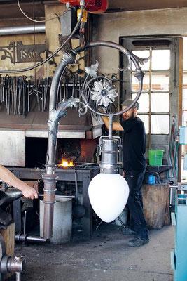 Fertigstellung der Pendelleuchen in der Kunstschmiede Eichler - Blild: Fiona Eichler