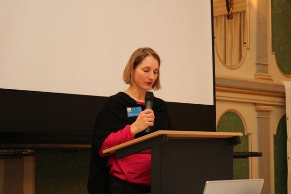 Vorstandsmitglied Barbara Schmied beim Vortrag des Kassenberichts -  Bild: Maximilian Dechant