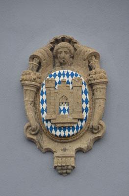 Volksbank Ravensburg - Travertinmedaillon auf der Seite zum Marienplatz - Foto: Dr. Dietmar Hawran