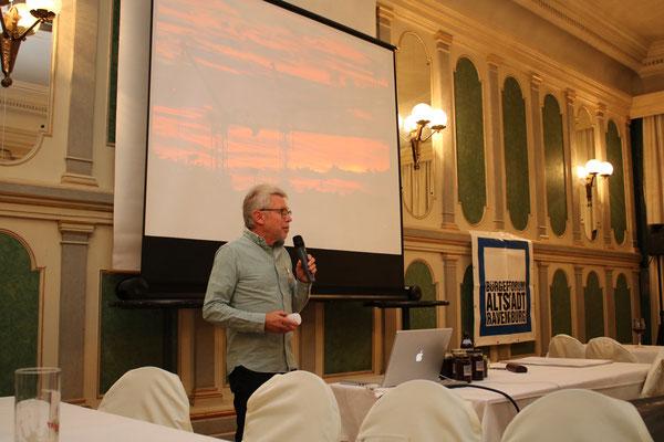 Vorstandsmitglied Dr. Dietmar Hawran beim Stadtrundgang - Bild: Maximilian Dechant