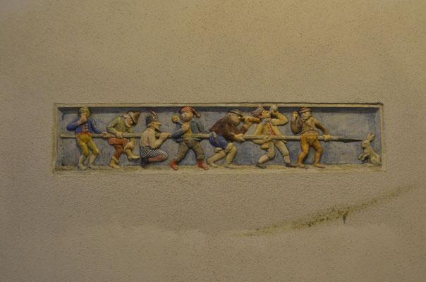 """Keramikdetail """"die sieben Schwaben"""" im Eingangsbereich links -  Bild Dr. Dietmar Hawran"""