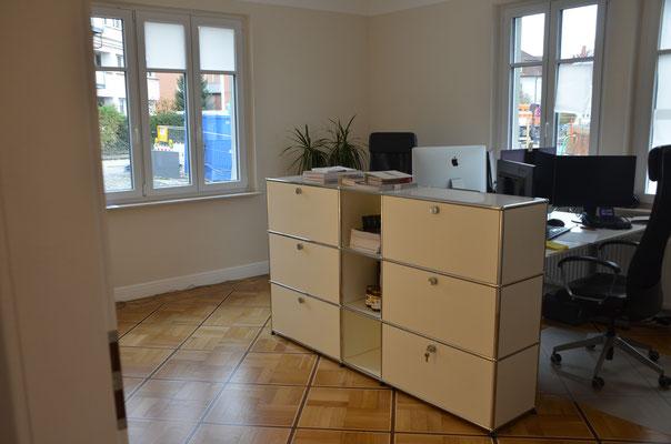 Foto: Dr. Dietmar Hawran, Blick in einen Büroraum mit altem renovierten Parkettboden