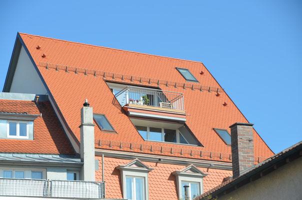 rückwärtige Fassade mit etwas gross geratenem Dacheinschnitt - Bild Dr. Dietmar Hawran