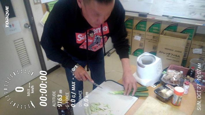 大金運輸北部支店芋煮会 ネギを切る