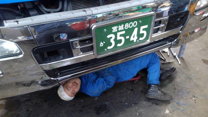 トラックの下に潜るDK宮本