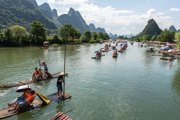 Chinesische Touristen auf dem Drachenfluss bei Yangshuo