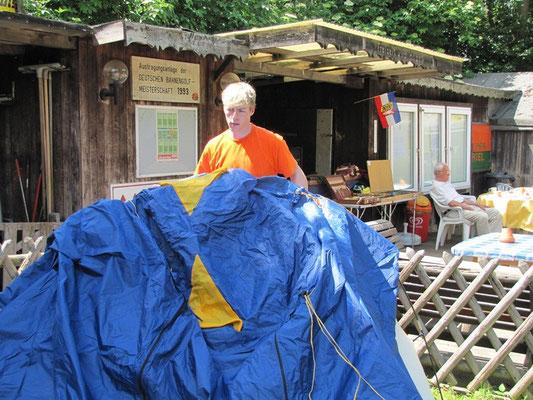 Die Zelte können im Trockenen aufgebaut werden