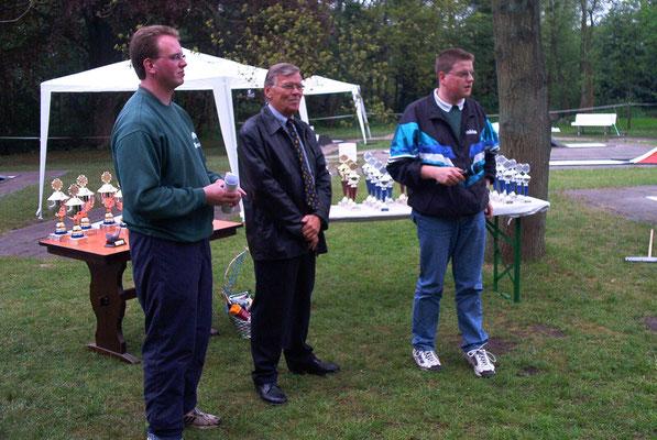 von links: 2. Vorsitzender Marcus Itjen, Ortsbürgermeister Rainer Itjen (nicht verwandt!), Turnierleiter Christian Somnitz