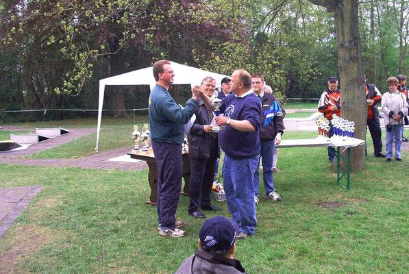 Bernd Holstein holt sich die Gratulation von Marcus Itjen ab