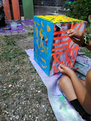 """""""Locker vom Hocker"""", mit Acrylfarben und Spray wird hier wild experimentiert..."""