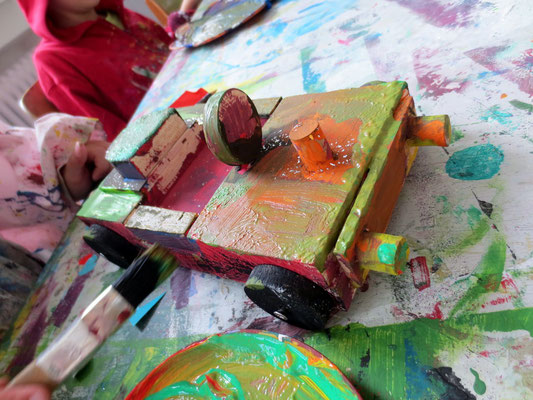 Werkstatt der Fantasie, Juli 2013: Ein Mädchen (5 Jahre) bemalt ihr selbstgebautes Auto.