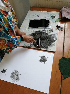 Natur entdecken: Blätterdruck mit Linolfarbe.