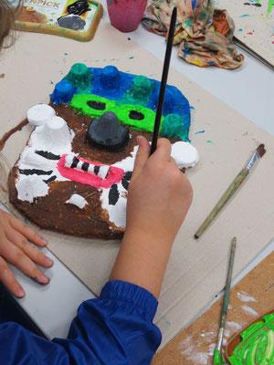 Knallige Masken aus Gips im Kunstatelier für 8-12 Jährige.